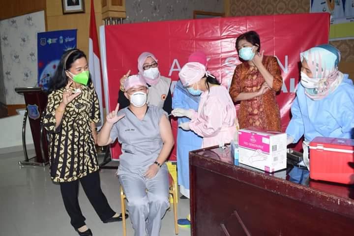 Selama 16 tahun menjadi Tenaga Kesehatan (Nakes), di wilayah pesisir barat Provinsi Jambi, tidak sedikit hal yang di rasakan Nani, sang dokter perempuan di Kabupaten Tanjabbar. Baik suka maupun duka, sudah dia rasakan sepanjang belasan tahun ini.