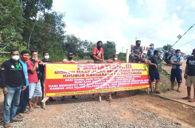 Sejumlah warga dari 18 RT di Kelurahan Kenali Asam Bawah, keluhkan jalan rusak akibat kendaraan operasional sebuah perusahaan. Buah dari kekesalan tersebut, Warga lakukan aksi blokir jalan akses PT Pertamina di 8 titik, Kamis (04/03/2021).