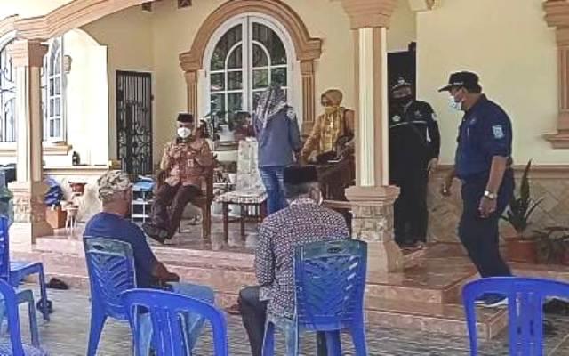 Saat temui Forum 18 RT di Kenali Asam Bawah yang gelar aksi blokir 8 titik jalan setempat, Rabu (04/03/2021) Walikota Jambi Syarif Fasha, dibuat menunggu oleh Pertamina EP Asset 1 Jambi hampir 30 menit.