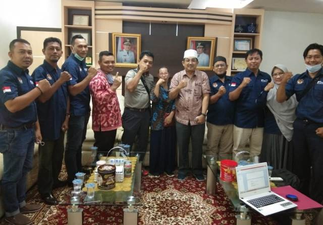Pengurus Forum Honorer (FHT) dan perwakilan Guru dan Tenaga Kependidikan Honorer Kabupaten Tanjung Jabung Barat (Tanjabbar), melakukan audiensi dan silahturahmi dengan Bupati, Jumat (11/3/21).