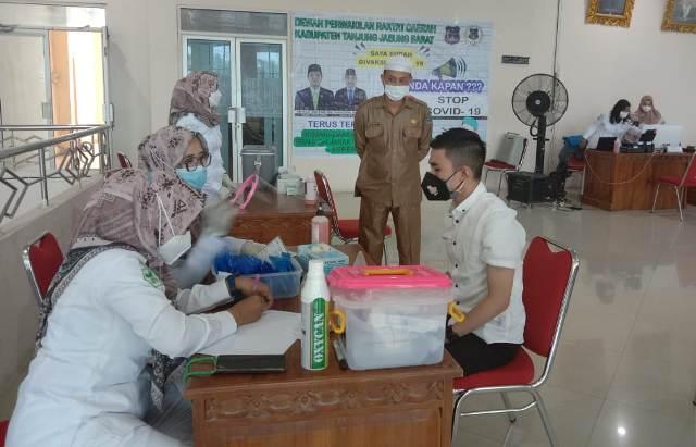 Anggota Dewan Perwakilan Rakyat Daerah (DPRD) Tanjung Jabung Barat , bersama para staf di lingkup DPRD Tanjabbar, disuntik vaksin Sinovac, Senin (15/03/21).