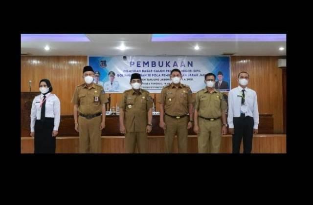 Bupati Tanjung Jabung Barat (Tanjabbar), Drs H Anwar Sadat MAg membuka Pelatihan Dasar (Latsar) CPNS 2021 di ruang pola utama kantor Bupati, Senin (15/03/21).