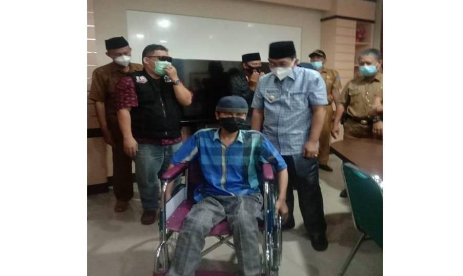 Bupati Tanjung Jabung Barat (Tanjabbar), Drs H Anwar Sadat MAg menyerahkan bantuan kursi roda kepada Azwir anak penyandang disabilitas bersama dengan ACT.