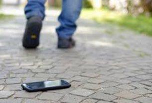 Terkadang, seringnya lupa meletakkan atau bahkan terjatuhnya ponsel di jalan, membuat panik diri sendiri. Nah, berikut cara temukan serta hapus data, pada Handphone yang hilang.