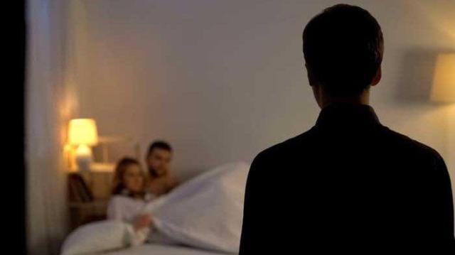 Tengah menggegerkan, di mana tersebar sebuah kabar seorang Oknum Polwan digrebek suami sedang ngamar dengan Polisi di hotel.