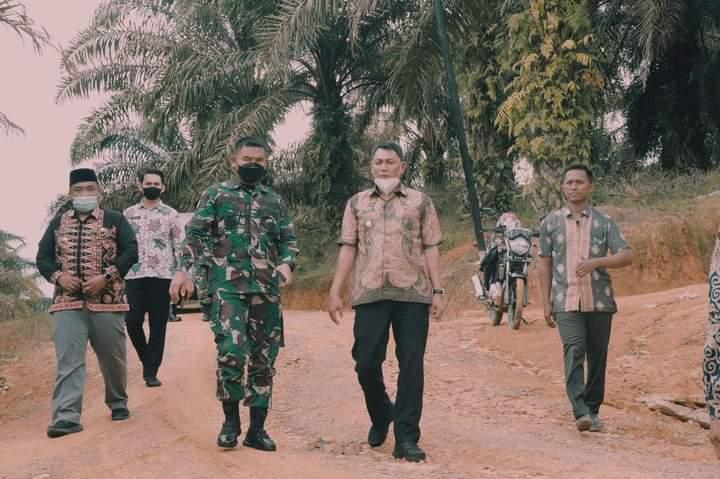 Wakil Bupati (Wabup) Tanjabbar, Hairan SH bersama dengan Dandim 0419/Tjb, Jum'at (16/04/21) meninjau lokasi pelaksanaan TNI Manunggal Membangun Desa (TMMD) ke-113 tahun 2022, di Kecamatan Muara Papalik.