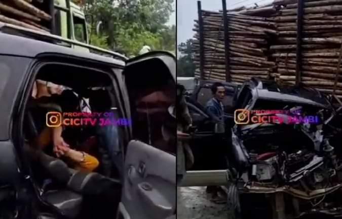Lagi-lagi terjadi lakalantas di jalan kawasan Tebing Tinggi Kabupaten Tanjabbar, antara truk dengan mobil pribadi. Seorang wanita dalam mobil tersebut terjepit kakinya, di bagian kepala mobil.