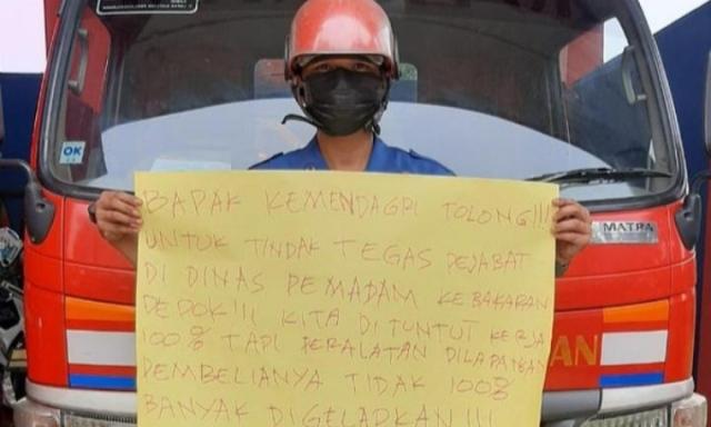 Aksi petugas damkar yang satu ini viral, setelah Ia bongkar kasus dugaan korupsi instansi Damkar Depok, tempatnya bekerja.