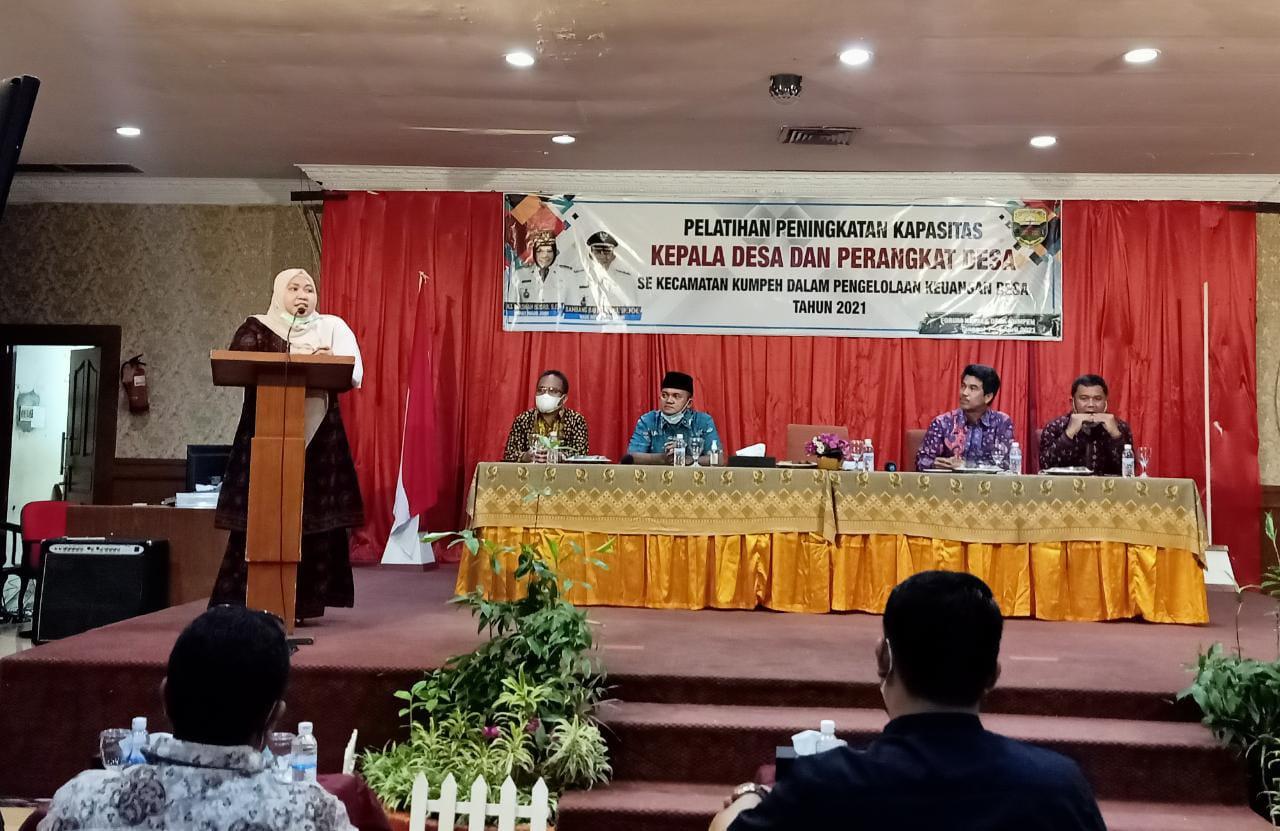 Bupati Muaro Jambi, Hj Masnah Busro, Kamis (1/4/21) hadiri Pelatihan Kades dan Perangkat. Ia berharap, pelatihan berdampak positif bagi pemerintahan desa.