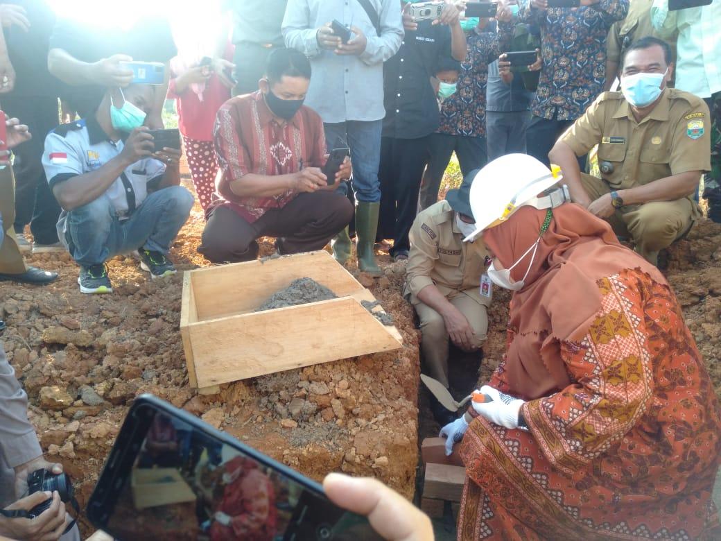 Usai berkunjung lalu Gedor Bantuan Corporate Social Responsibillity (CSR) beberapa perusahaan sekitar. Bupati Muaro Jambi, Hj Masnah Busro resmikan peletakan batu pertama SMA Suko Awin Jaya, Senin (12/04/2021).