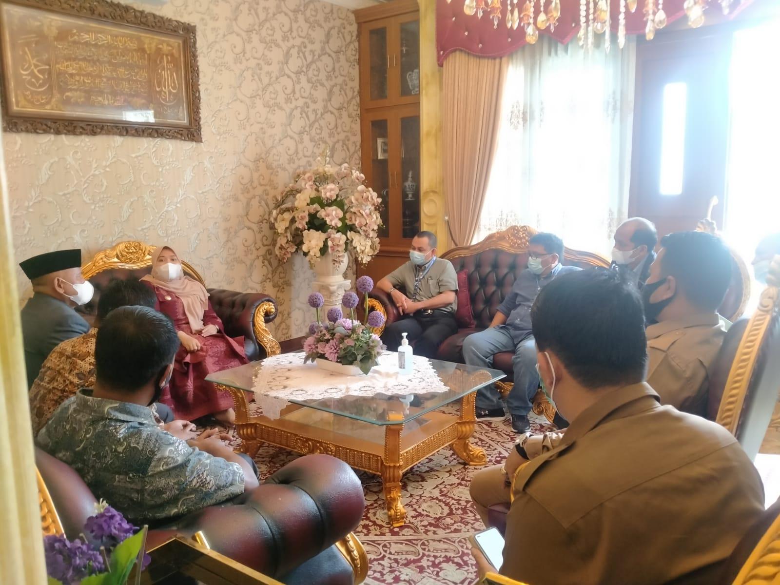 Bupati Muaro Jambi, Hj Masnah Busro SE mendapat kunjungan silaturahmi dari PTPN VI di Kediamannya hari ini, Senin (19/03/2021).