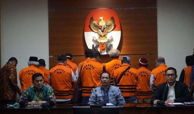 Dinyatakan bersalah oleh hakim dalam persidangan, Senin (12/04/2021) 14 Mantan Anggota DPRD di Sumut, divonis 4 sampai 5 tahun penjara.