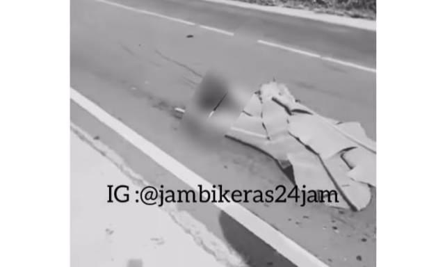 Baru saja, terjadi kembali Kecelakaan Lalu Lintas (Lakalantas) di wilayah Kabupaten Muaro Jambi, yang akibatkan 2 orang tewas di duga terlindas mobil, Sabtu (03/04/2021).
