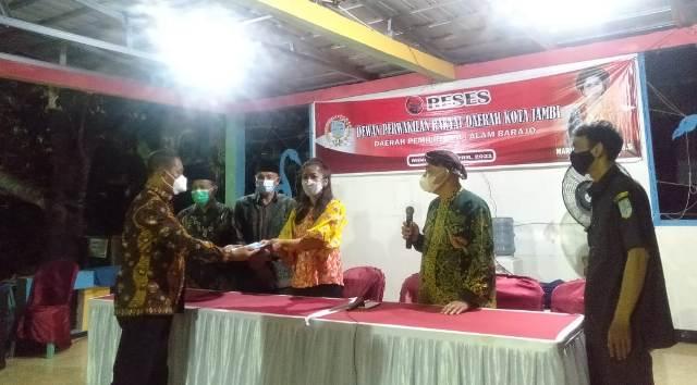 Sekretaris Komisi IV Dewan Perwakilan Rakyat Daerah (DPRD) Kota Jambi, Maria Magdalena gelar Reses di RT 14 Bagan Pete. Uniknya, salah seorang Tuo-tuo Tengganai atau Ketua Adat sekitar beri Pantun pada Maria, sebagai bentuk penyambutan, Minggu (04/04/2021).