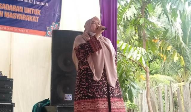Bupati Muaro Jambi, Hj Masnah Busro SE melakukan kunjungan di acara penutupan pengajian dalam rangka sambut bulan suci Ramadhan, dan penggalangan dana untuk pembagunan Ponpes, Sabtu (10/04/2021).