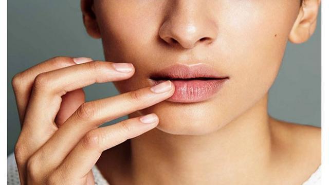 Dalam penampilan banyak hal yang harus di jaga, termasuk pas lagi puasa, sering bangetkan bibir kering, begini caranya mencegah hal tersebut.