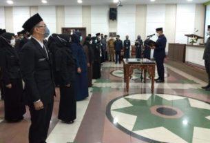 Syarif Fasha lantik Pejabat Fungsional serta penandatangan kerjasama Ombudsman, yang bertempat di ruang Pola kantor Walikota Jambi, Senin (12/04/21).