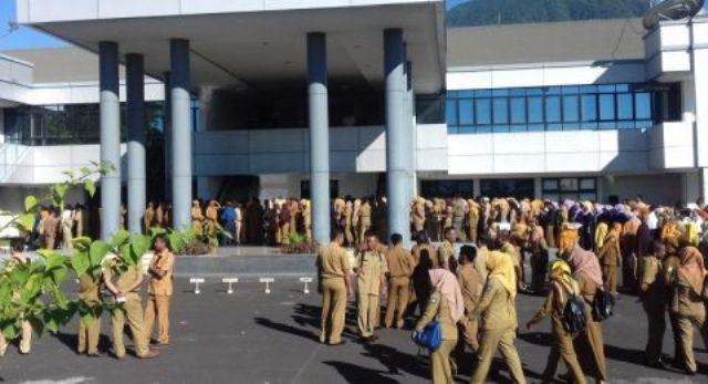 Baru-baru ini sebuah kabar menghebohkan beredar, di mana seorang oknum Pegawai Negeri Sipil (PNS) perempuan, selingkuh dengan 2 pria hingga berakhir turun jabatan.