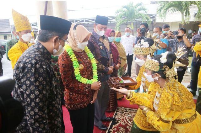 Bupati Tanjung Jabung Barat, Drs. H. Anwar Sadat, sambut Kunjungan Kerja atau Kunker Pj Gubernur Jambi Dr. Hari Nur Cahaya Murni, M.Si. Minggu (7/3).