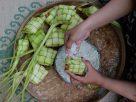 Ketupat menjadi ikon menu saat Lebaran. Ingin masak ketupat buat hari raya? berikut tips dan 5 langkah membuatnya legit ala chef yang patut dicoba