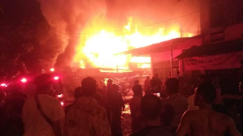 SUNGAI PENUH – Kebakaran hebat kembali melanda Kecamatan Pondok Tinggi, Kota Sungai Penuh, malam ini Jumat (7/5/2021) pukul 22.30 Wib