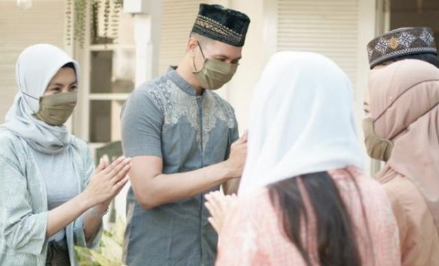 Tentu umat muslim pada bertanya, apa hokum berjabat tangan dengan bukan mukhrimnya, saat Hari Raya Idul Fitri nanti. Padahal, berjabat tangan saat bermaaf-maafan, adalah diharuskan dalam agama islam.