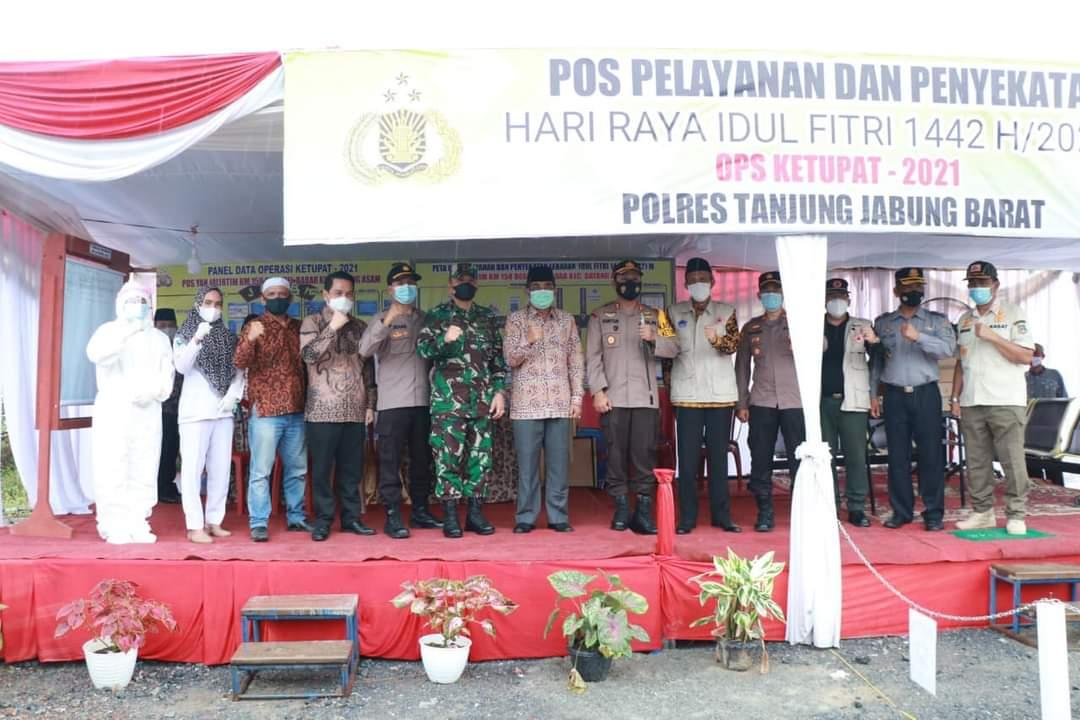 Bupati Tanjabbar Anwar Sadat dan Kapolres AKBP Guntur Saputo tinjau pos Penyekatan Larangan Mudik Perbatasan Riau, Kamis (06/05/2021).
