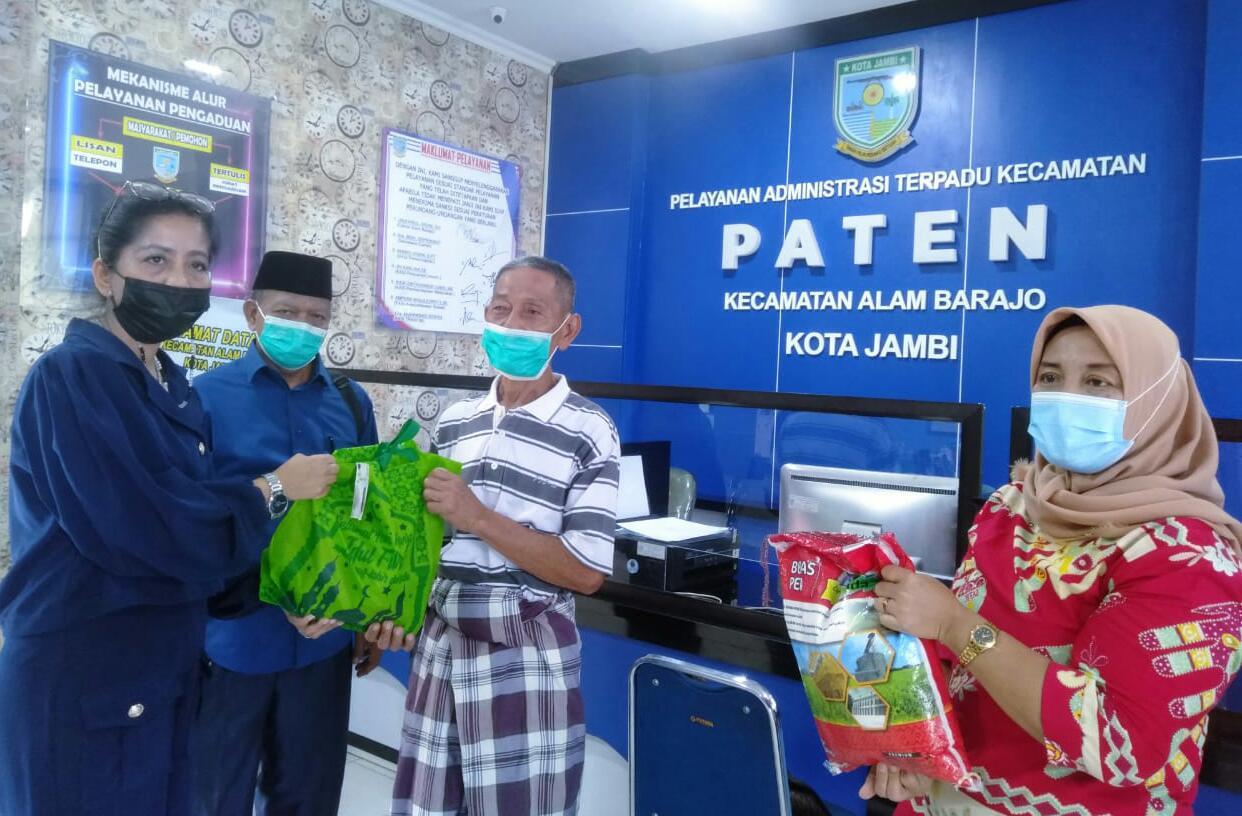 Menjelang Idul Fitri, Ketua Fraksi PDI Perjuangan DPRD Kota Jambi berbagi paket sembako, Kamis (07/05/2201). Di mana, sembako ini ditujukan oleh warga yang kurang mampu, di Kecamatan Alam Barajo.