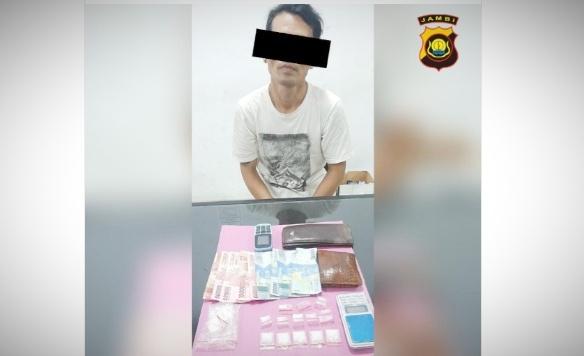 Polda Jambi amankan 2 tersangka kasus pengedaran sabu-sabu, di mana seorang Napi Narkoba di Lapas Muara Sabak jadi pengendali pengedaran tersebut, melalui ponselnya dengan menggunakan nomor pribadi.