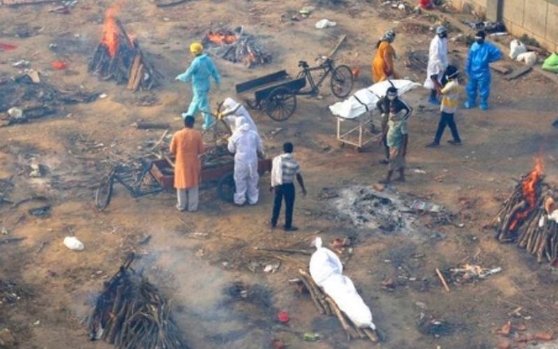 Corona membuat India tak berdaya. Angka kematian bertambah setiap harinya, bahkan 4.000 jenazah sampai mengapung di Sungai Gangga, India
