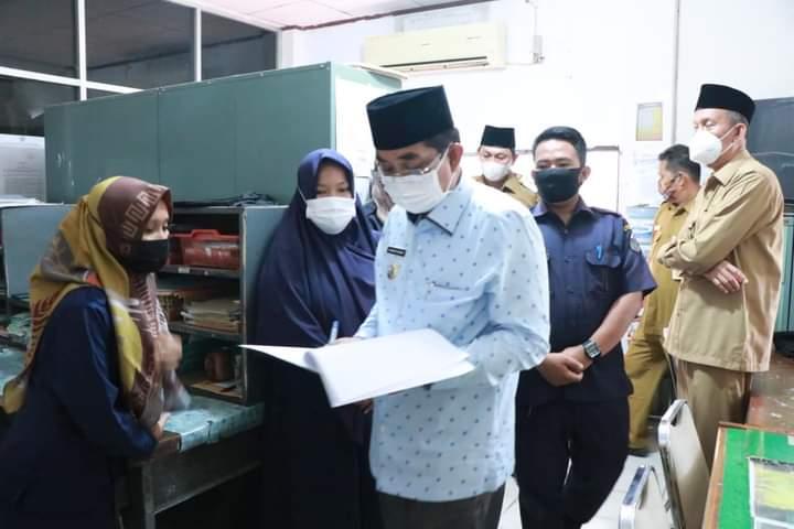 Hari pertama ngantor pasca hari raya Idul Fitri 1442 hijriah, Bupati dan Wakil Bupati Tanjung Jabung Barat, Drs H Anwar Sadat, M,Ag- Hairan,SH cek absensi pegawai.