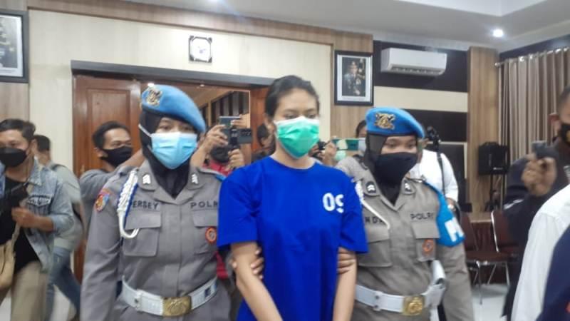Kasus sate beracun yang menewaskan anak pengemudi ojol di Bantul membuat masyarakat gempar. Profil Nani Aprilliani sang pengirim sate pun jadi sorotan.
