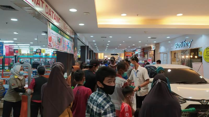 Terpantau, hingga pukul 21.00 Malam Lebaran, Mall Jamtos masih membludak pengunjung. Pusat Perbelanjaan itu ramai dikunjungi warga