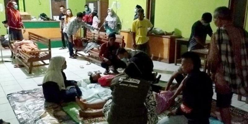 Puluhan warga dari 2 desa di Sukabumi, Jawa Barat, keracunan es cendol menu buka puasa. Petugas medis dan relawan turun tangan atas kejadian ini.