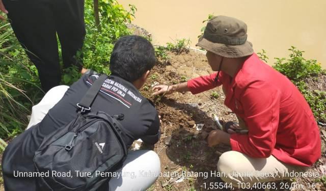 Ragam cara dalam memperingati May Day atau Hari Buruh, seperti yang di lakukan oleh GMNI Agraris Universitas Jambi (UNJA). Di mana, puluhan mahasiswa itu gelar Aksi Tanam Pohon. Hal ini sengaja di gelar, guna memastikan kelestarian Sungai Batanghari kedepannya.
