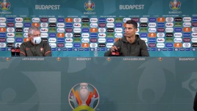 Jelang laga Hongaria Vs Portugal, Selasa (15/06) Ronaldo dan Pelatih Portugal Fernando Santos ikut konferensi pers. Mengejutkan, dalam tanya jawab itu, Ronaldo menggeser 2 botol menumanan bersoda, saham coca-cola langsung anjlok.