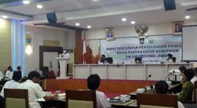 Penjabat (Pj) Gubernur Jambi Hari Nur Cahya Murni membuka rapat percepatan penyelesaian penegasan batas daerah antar kabupaten dalam Provinsi Jambi, Rabu (19/5/2021).