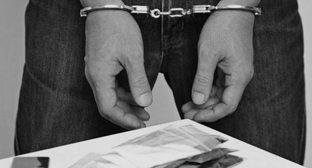 Seorang oknum guru di Sumatera Utara dibekuk polisi, lantaran di duga kerap lakukan transaksi narkoba jenis sabu. Ia dan barang bukti, diboyong ke kantor polisi.