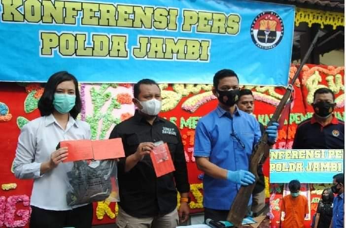 Peristiwa sadis penembakan tokeh getah hingga tewas di Rangkiling waktu lalu, kini sudah ditangani aparat kepolisian Polda Jambi. 2 orang pria di Jambi yang tak lain adalah pelakunya, ditangkap dan terancam hukuman 10 tahun penjara.