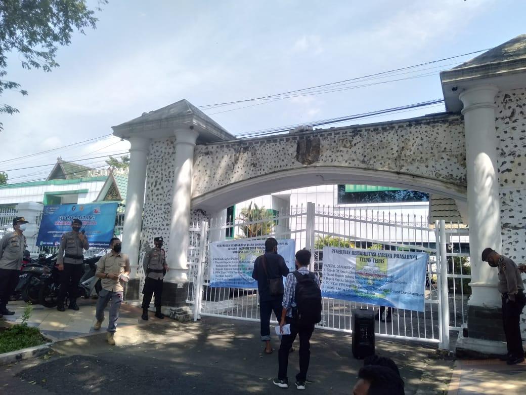 LSM Gerakan Tangan Rakyat demo di depan Kejaksaan Tinggi Jambi. Kedatangan mereka soroti proyek Rehabilitasi Sarana Prasarana SMA Titian Teras, yang di duga bermasalah.