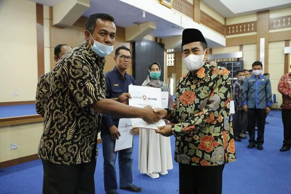 Walikota Sungai Penuh, H Asafri Jaya Bakri atau AJB menyerahkan bantuan dana CSR (Corporate Social Responsibility), untuk pembangunan masjid dan Mushala, Kamis (3/6/2021).