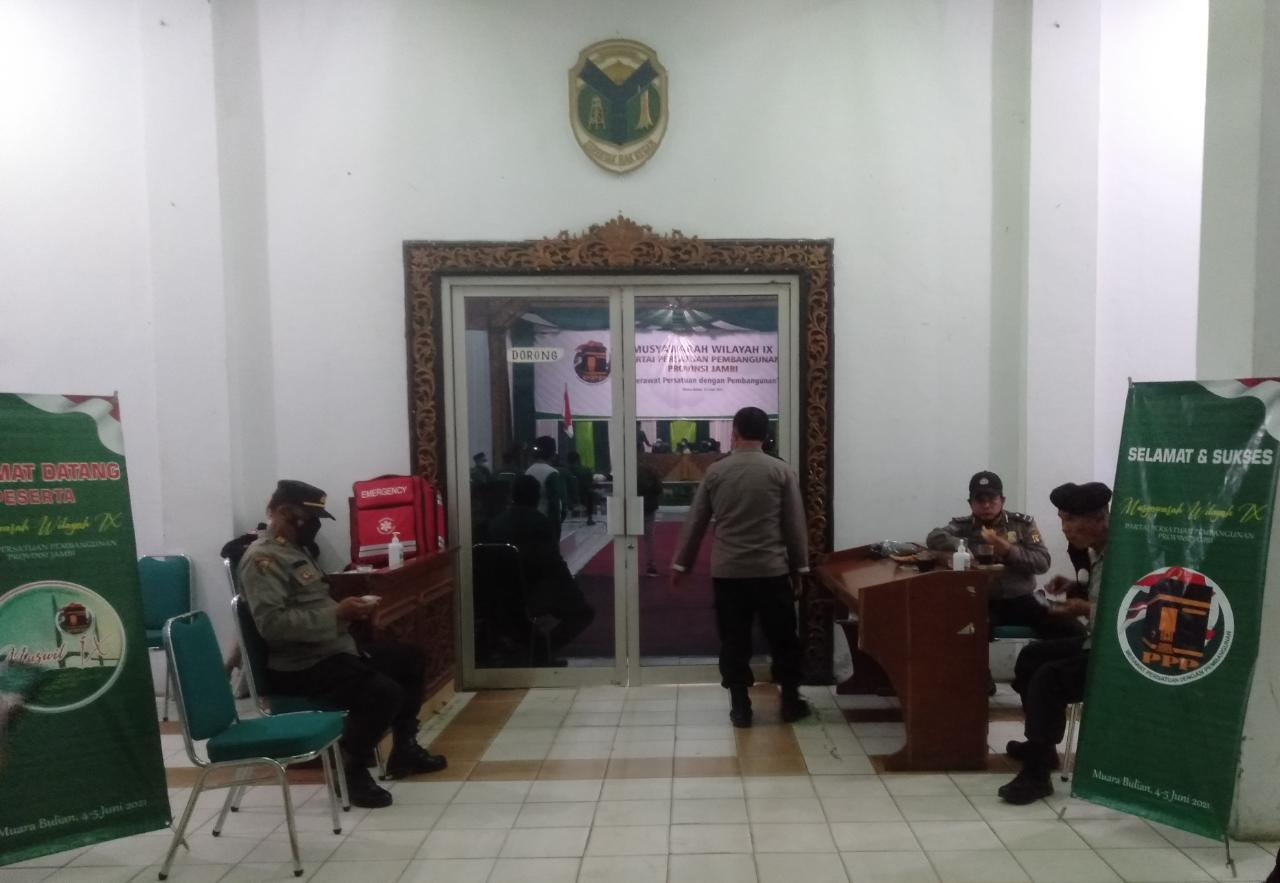 Detik-detik pelaksanaan Musyawarah Wilayah atau Muswil Partai Persatuan Pembangunan (PPP) Jambi, di jaga ketat oleh pihak Kepolisian.
