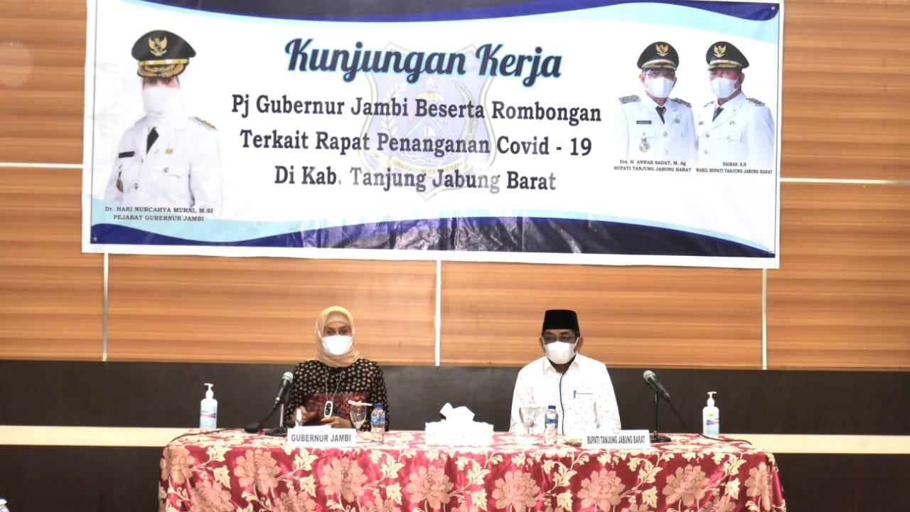 Bupati Tanjung Jabung Barat, Drs H Anwar Sadat sambut Pj Gubernur Jambi, yang Kunker ke Kabupaten Tanjabbar. Tepatnya, di rumah dinas Jabatan bupati, Sabtu (5/6/21).