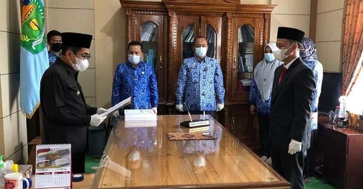 Walikota H Asafri Jaya Bakri atau AJB, kembali melantik dan mengambil sumpah Alpian, sebagai penjabat Pj Sekretaris Daerah Sekda Kota Sungai Penuh, Senin (17/5).