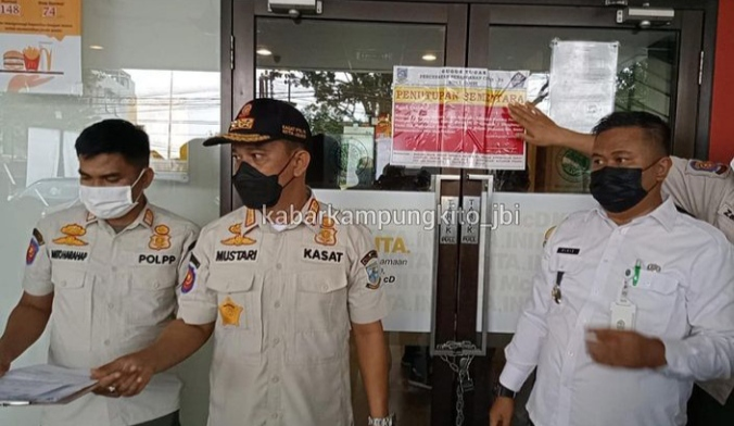 Baru saja, di kabarkan bahwa McDonalds atau McD di kawasan Sipin Kota Jambi disegel Satpol PP dan Tim gugus Tugas Covid-19, Rabu (09/06/2021) Apakah benar?