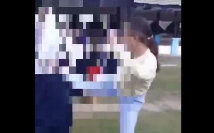 Tengah heboh, Video duel dua orang siswi SMP berkelahi di lapangan lembah hijau di Kota Baubau, Sulawesi Tenggara viral di media sosial, Jumat (11/6/2021).