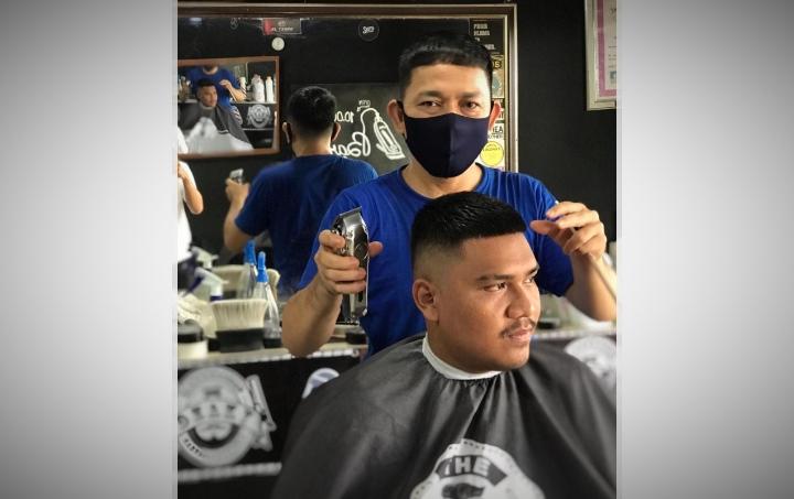 Demi membuka sebuah bisnis Barbershop, Pria ini rela jual motor kesayangan. Berkat pengorbanan itu Dzaky Barbershop kini ngetop di Jambi.