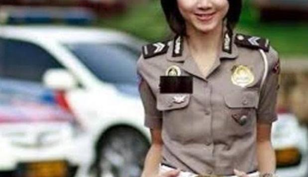 Aparat kepolisian kembali di gegerkan oleh ulah anggota polisi, yang diduga jadi calo penerimaan calon siswa Bintara tahun 2021 ini. Sang oknum Polwan ini pun, diamankan Propam.