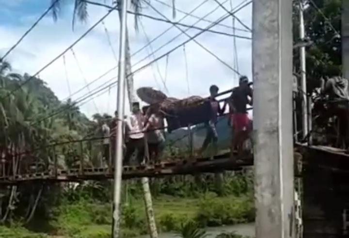 Baru-baru sebuah video viral di media sosial, di mana sejumlah warga yang di duga di Sarolangun gotong Keranda mayat sejauh 8 kilometer (Km). Hal ini lantaran tak ada akses jalan kendaraan roda empat, di desa tersebut.
