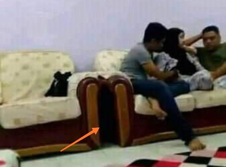 Video wik-wik beredar lagi pekan ini. Lagi viral di Sosmed, video 2 pria dengan 1 wanita beradegan dewasa di kursi yang bikin warganet syok.